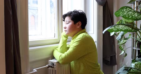 školák : Portrait of a unhappy child looking at the window