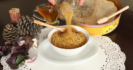 tápanyagok : Bowl full of bee pollen with honey comb