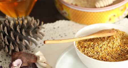 bijenkorf : Bowl full of bee pollen with honey comb