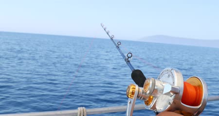 терпение : Spinning rod in front of deep sea water