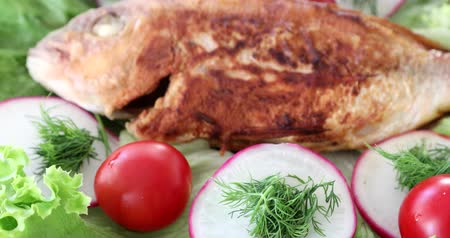 grille : Tasty fryed fish with salad on plate