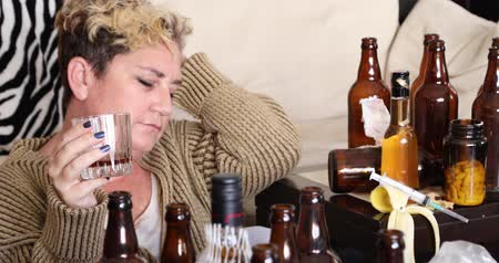 descuidado : Middle aged miserable woman in depression, drinking alcohol Vídeos
