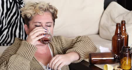 özlem : Miserable Woman In A Deep Depression, Sitting Alone On The Floor And Drinking Alcohol Stok Video