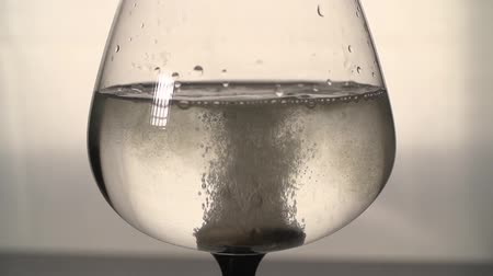 oldódó : the effervescent tablets and glass with water