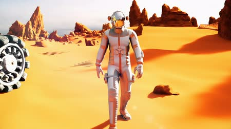 Марс : Astronaut on the Mars returns to his mars Rover after the exploration of planet. A futuristic concept of a colonization of Mars.