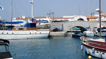náutico : Large sailing boats and yachts on the pier on a clear Sunny day