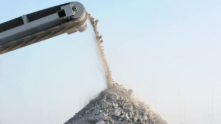 ремень : Machine for crushing stone. Falling rocks Стоковые видеозаписи