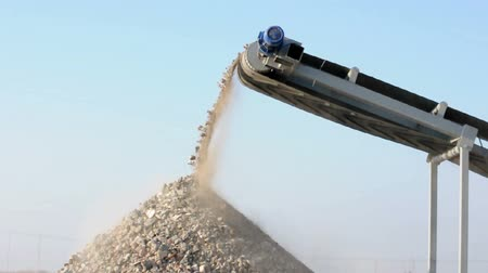 kayaçlar : Machine for crushing stone. Falling rocks Stok Video
