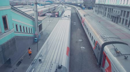 растягивается : Russia. The train leaves the station. The view from the top. Стоковые видеозаписи
