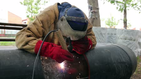 emek : Welder at Work