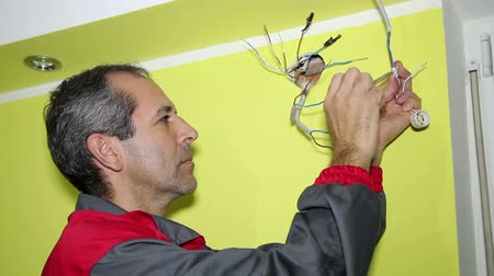elektryk : Electrician Installing an Electrical Supply System