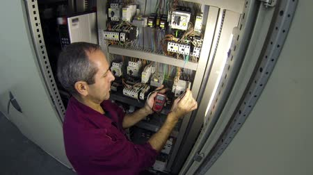 elektryk : Electrical engineer checking ac voltage with multimeter.HD1080p.