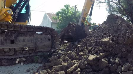 podzemní : A digger excavator digs a trench in the earth