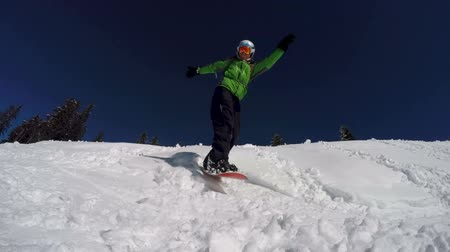 túnel : Snowboarder is performing a trick on the slope. Stock Footage