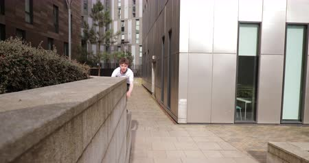 adversidade : Freerunner is jumping between walls and buildings and doing flips in Newcastle city centre.