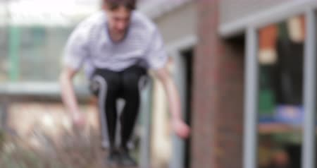 zábradlí : Freerunner is jumping over railings and walls outside buildings in the city. Dostupné videozáznamy