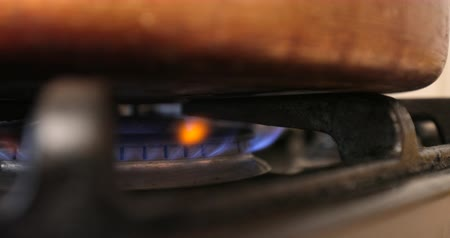 gas burner flame : Close up shot of gas on a stove. Stock Footage
