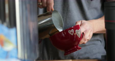 produtos lácteos : Unrecognisable barista pouring milk into a coffee cup. Vídeos