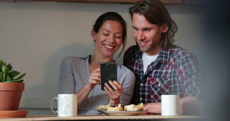 bolinho : Couple spending quality time togehter, taking selfies in a coffee shop.