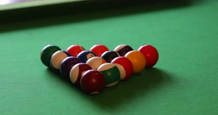 sinuca : Close-up of billards balls on a table, the cue ball comes into frame and breaks the balls apart. Stock Footage
