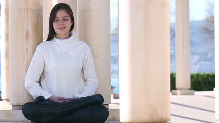 размышлять : Young woman meditating outside, selective focus