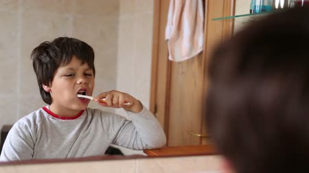 escovação : little boy brushing teeth