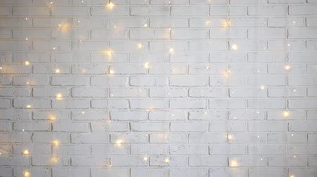 parede de tijolos : christmas background - white brick wall with shiny lights
