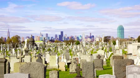 kereszt : Midtown Manhattan skyline over Calvary Cemetery time-lapse, New York City Stock mozgókép