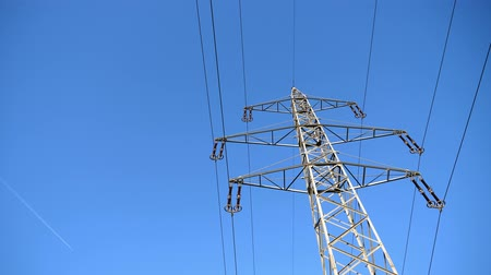 альтернатива : High Voltage Steel Lattice Electric Power Pylon Against a Bright Blue Sky on a Sunny Day Стоковые видеозаписи