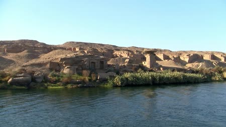 nílus : Romantic Ruins in a Desert Landscape on the Bank of the River Nile on a Sunny Day