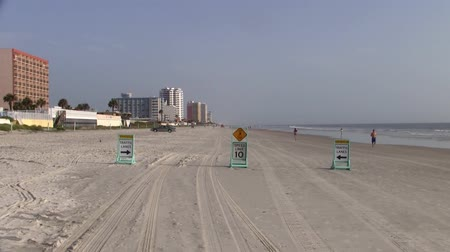 sınırları : Driving Lanes on the Sandy Daytona Beach - Automobile Friendly Beach Stok Video