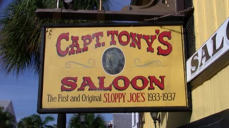 autentico : Key West, Florida, EE.UU. - Circa julio de 2013: cartel amarillo de la calle del capitán Ton'y Saloon en Key West, Florida. El Capitán Tony's Saloon fue el sitio del primer y original Sloppy Joe's Bar 1933-1937.