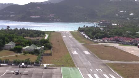 святой : Zooming Out From the Runway of the Airport of Saint Barthelémy (also called Saint Barth) in Gustavia  (IATA-Code SBH, ICAO-Code TFFJ, officially Aéroport de Saint-Barthélemy-Rémy de Haenen, formerly Gustaf III Airport oder Saint Barthélemy Airport or