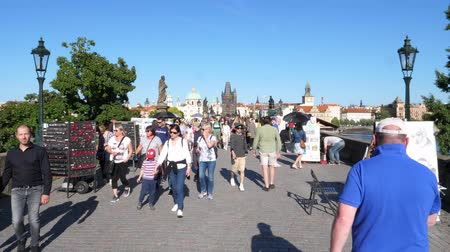 Čechy : Walking Across Charles Bridge Crowded wit Tourists in Prague, Bohemia, Czech Republic - Famous Travel Destination