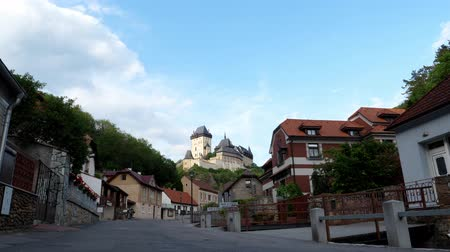 Čechy : Karlstejn, Czech Republic - June 21 2019: Medieval and gothic Karlstejn Castle Towering over the Village in Bohemia, Czech Republic in Golden Evening Light Dostupné videozáznamy