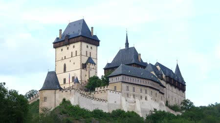 fortificação : Gothic Karlstejn Castle in the Evening in the Czech Republic. A Fortress buildt by Charles IV in Bohemia.