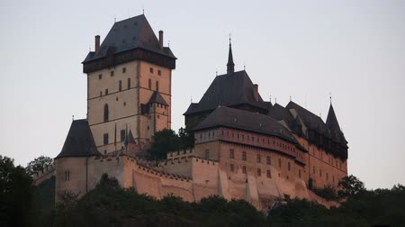 fortificação : Gothic Karlstejn Castle at Sunset in the Czech Republic. A Fortress buildt by Charles IV in Bohemia.