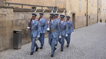 охранять : Prague, Czech Republic - August 17 2019: Czech Presidential Palace Guard Marching in Light Blue Uniforms with Guns on Prague Castle.