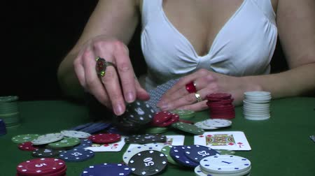 покер : Attractive woman playing a game of poker Стоковые видеозаписи