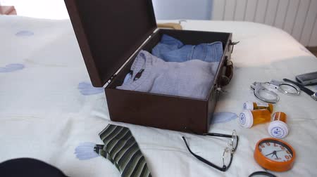 kajdanki : Man making the suitcase quickly in a hotel Wideo
