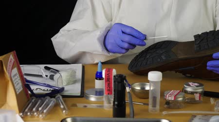 evidência : Expert Police takes samples in scientific laboratory, conceptual image