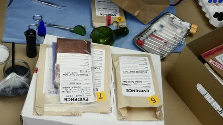 impressão digital : Police Scientific examining evidence bag tagged in laboratory balistic