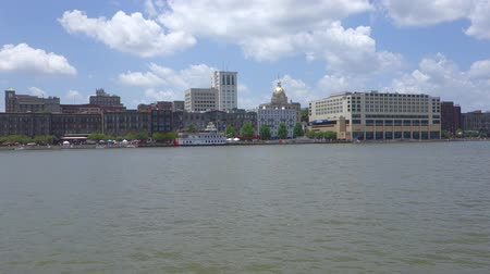 саванна : Downtown Savannah , Georgia, along riverfront