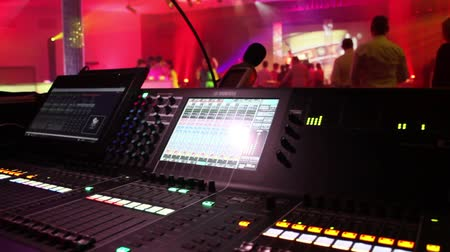 baixo ângulo : Digital sound desk at a live event Vídeos