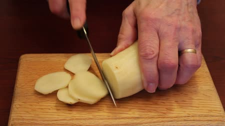 şef : chef slicing a potato on a small cutting board Stok Video