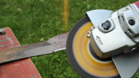 kıvılcımlar : sharpening a lawnmower blade Stok Video