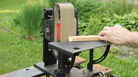 carpintaria : using an upright sander to smooth a rough edge