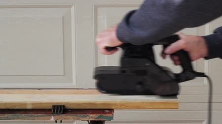 using a belt sander to finish a board Wideo