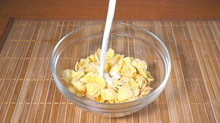 cereais : Pouring milk into Cornflakes, Slow Motion