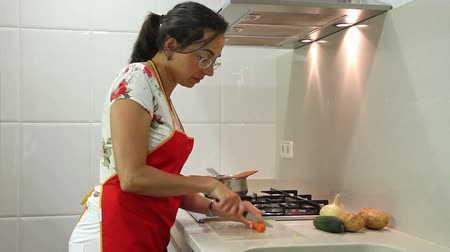 мебель : Young housewife working in the kitchen